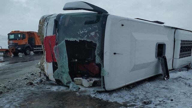 Sivasta yolcu otobüsü devrildi: 32 yaralı