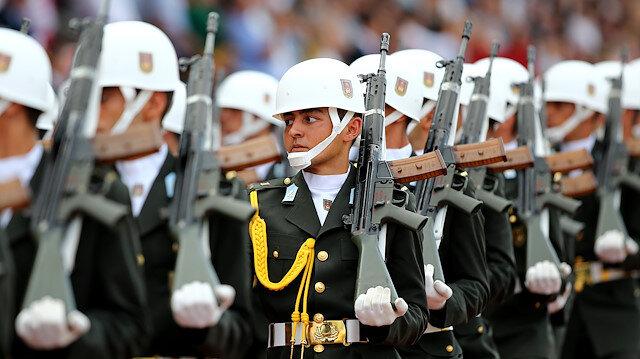 Askeri törende geçiş. Fotoğraf: Arşiv.