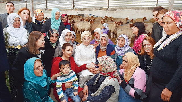 Emine Erdoğan, Gönül Elçileri'yle Türkiye'nin 81 ilinden vali eşleri ile birlikte yardıma ihtiyacı olan herkes için farklı projeler oluşturdu.