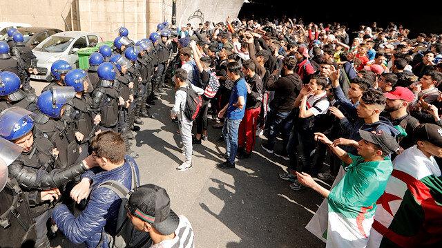 Cezayir'in çeşitli bölgelerinde öğrenciler protesto eylemlerine devam ediyor.