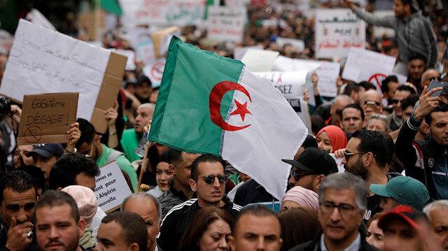 Cezayir'de devrim: Buteflika adaylığını geri çekti