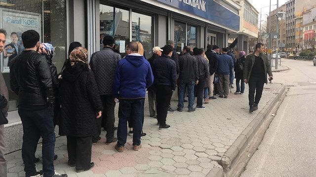 TOKİ konutlarına başvuru için bankaların önlerinde kuyruklar oluştu.