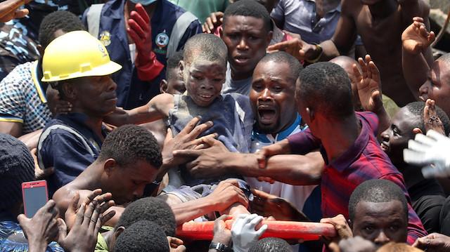 Nijerya'daki faciada bir çocuk yıkıntılar arasından canlı kurtarıldı.