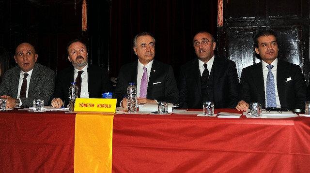 Galatasaray Başkanı Mustafa Cengiz ve yöneticiler sunum öncesinde bir araya geldi.