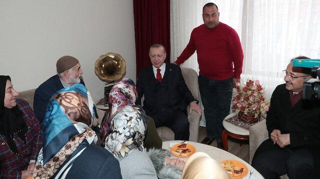 Vatandaşların çay davetini geri çevirmeyen Cumhurbaşkanı Erdoğan, Summani Gülhan'ın evine konuk oldu.