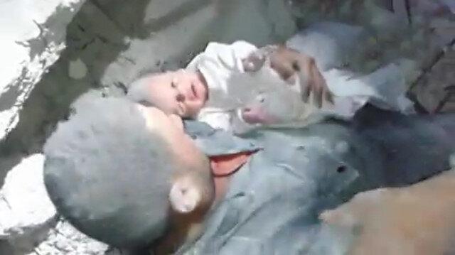 İdlibde bombalanan binanın enkazından bir bebek sağ olarak kurtarıldı