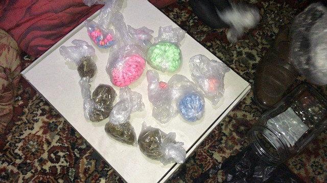 Hassas burunlu 'Kara' yatağında altına saklanan uyuşturucu maddeleri buldu.