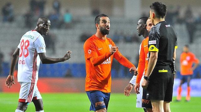 Yaşar Kemal Uğurlu geçen sezonun 32. haftasında Arda Turan'a kırmızı kart göstermişti.