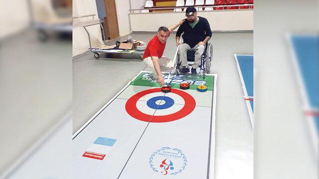 """Kocaeli'de özel eğitim desteğine ihtiyaç duyan engelli öğrenciler için """"buz satrancı"""" olarak da bilinen """"curling"""" sporunun bir branşı olan """"floor curling"""" eğitimleri başladı."""