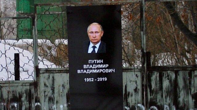 """Yapılan sahte mezarda, """"Vladimir Putin 1952 – 2019"""" yazıyor."""