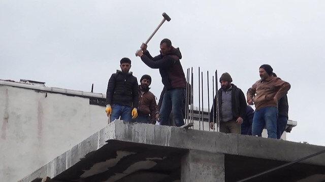 Polisler gelince kaçak inşaatı sahipleri yıkmaya başladılar