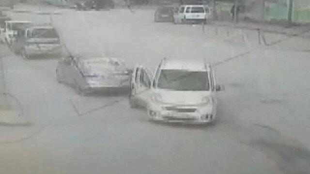 İki araç arasında kalan kadın yaralandı