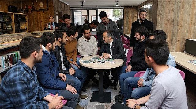 Bursa Büyükşehir Belediye Başkanı Alinur Aktaş ve öğrenciler.