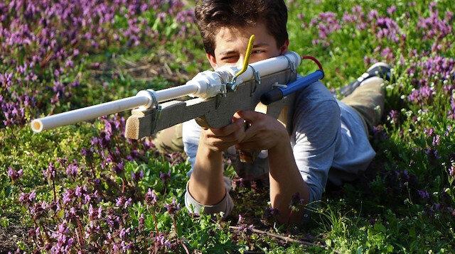 Babası 'boş iş' dedi: 50 metre menzilli tüfek tasarladı