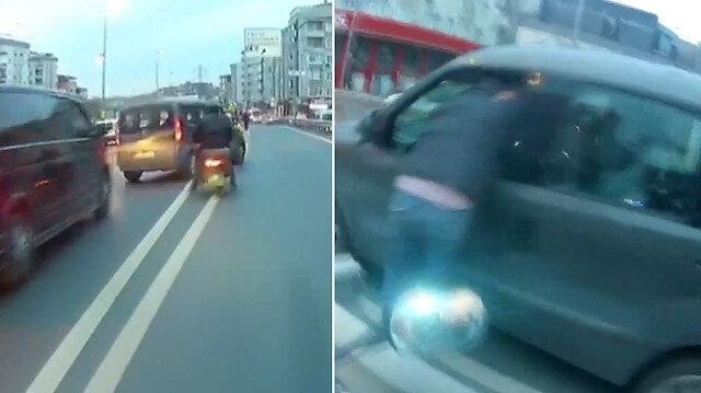 Motosikletli aniden şerit değiştiren otomobil sürücüsüne saldırdı