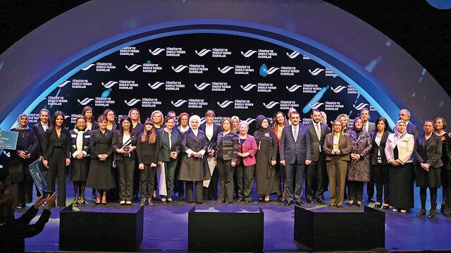 """Bu yıl ikincisi düzenlenen """"Türkiye'ye Enerji Veren Kadınlar"""" ödül töreni hatıra fotoğrafı."""