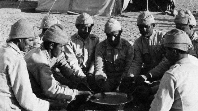 Çanakkale Savaşı'nda askerler yemek yiyor.