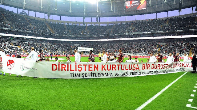 İki takım futbolcuları, 'Dirilişten Kurtuluşa Bir Duruştur Çanakkale' yazılı pankartı birlikte taşıdı.