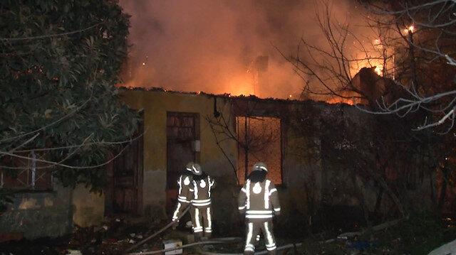 Kadıköy'de 4 metruk bina alev alev yandı