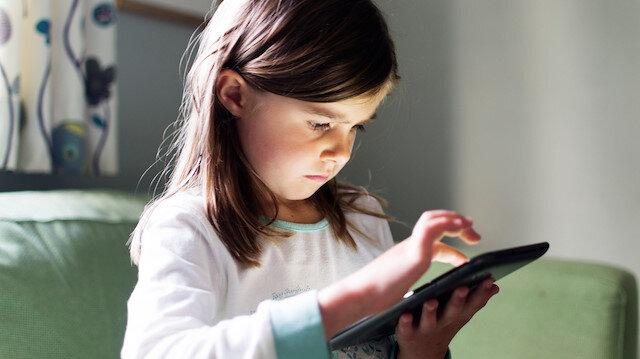 Çocukların sosyal ağlarda kimlerle görüştüğünün bilinmesi gerekiyor. Çünkü kötü niyetli kişiler, aynı yaştaymış gibi yaparak çocuğumuzu kandırabiliyor.