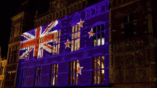Tren istasyonu binasına Yeni Zelanda bayrağı yansıtıldı