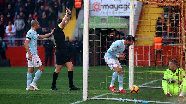 Yaşar Kemal Uğurlu, VAR'dan izlediği pozisyonda gol kararı verdi.