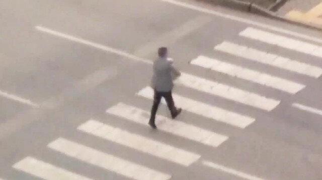 Köpeği kucağına alıp yolun karşısına geçirdi