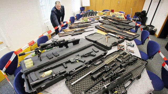 """Alman polisinin geçen yıl yaptığı bir baskında """"Reich Citizens"""" adlı aşırı sağcı gruba ait olduğu iddia edilen çok sayıda silah ele geçirilmişti."""