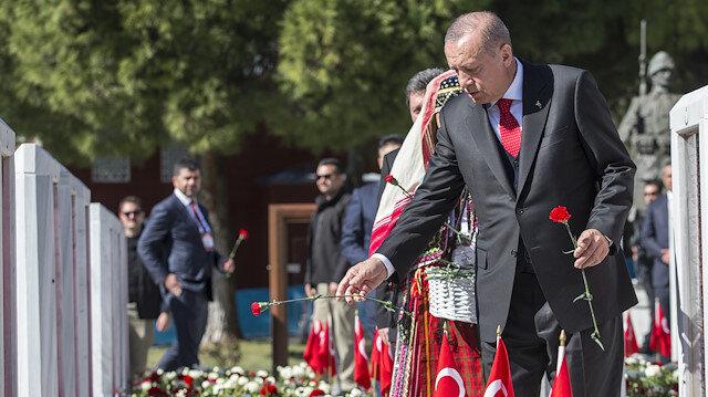 Cumhurbaşkanı Erdoğan Şehitlik'teki mezarlara karanfil bıraktı