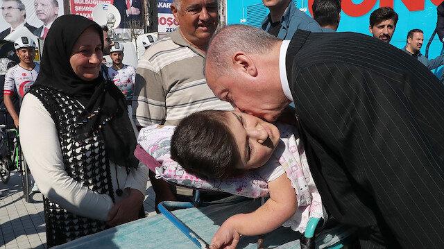 Erdoğan Sakarya mitingi öncesi engelli gençle yakından ilgilendi