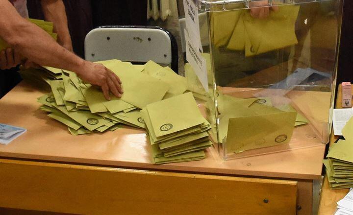 Oy verme saatlerinin 07.00-16.00 olduğu illerde saat 16.00, diğer illerde saat 17.00'den önce oylar sayılmaya başlanamayacak.