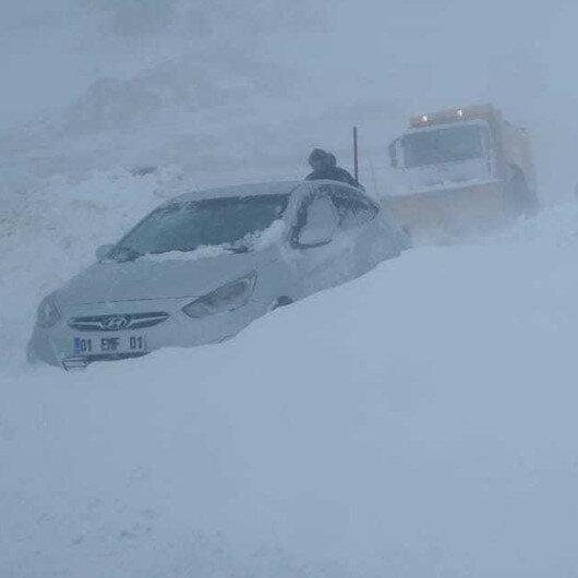 Van-Hakkari kara yoluna çığ düştü: 16 kişi soğuktan etkilendi