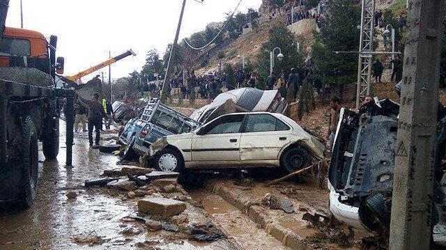 İran'da şehirler sular altında kaldı