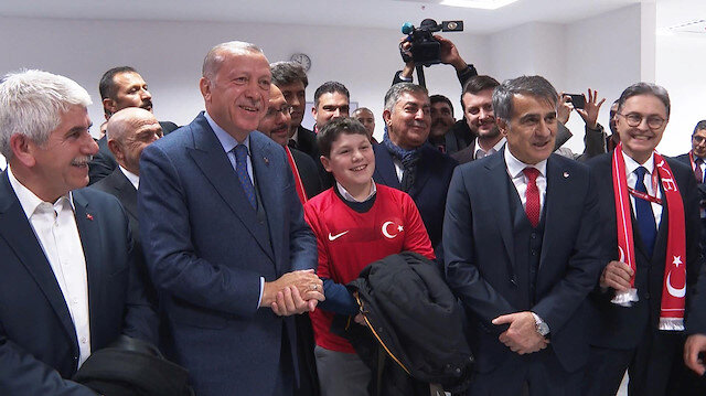 Erdoğan galibiyetin ardından Milli Takım soyunma odasına indi