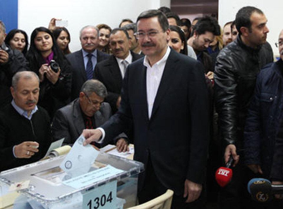 AK Parti'nin adayı Melih Gökçek, oy kullanırken.