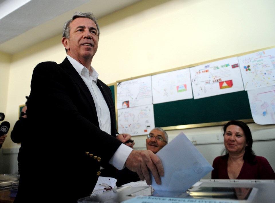 CHP'nin adayı Mansur Yavaş, oy kullanırken.