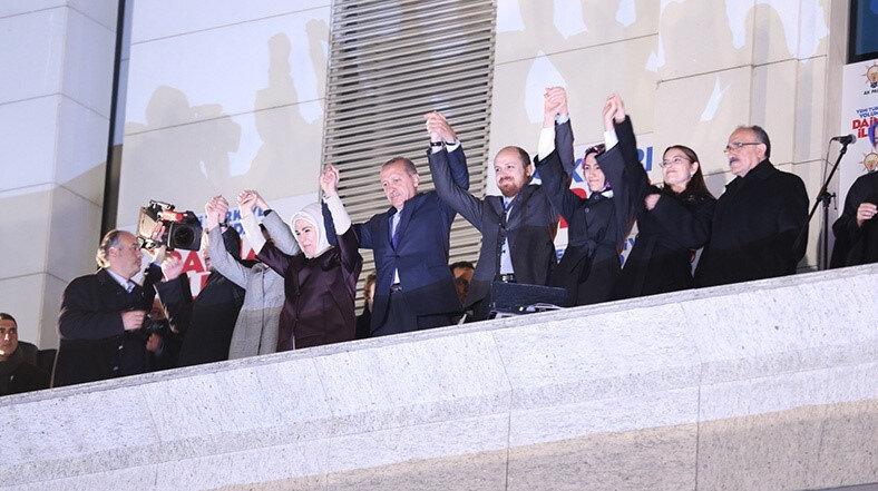 Erdoğan, 30 Mart 2014 gecesinde seçimlerden sonra gelenekselleşen balkon konuşmasını yaparken.