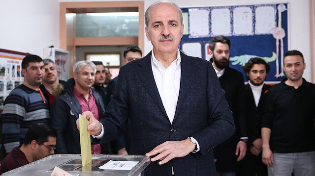 AK Parti Genel Başkanvekili Kurtulmuş oyunu kullanırken.