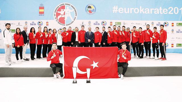54. Avrupa Karate Şampiyonası'na katılan milli sporcular hatıra fotoğrafı çektirdi.