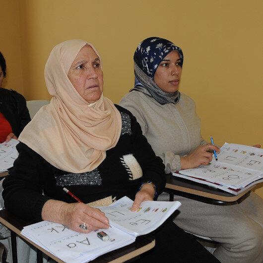 حماة تركية تتعلم القراءة والكتابة مع كنتها المغربية