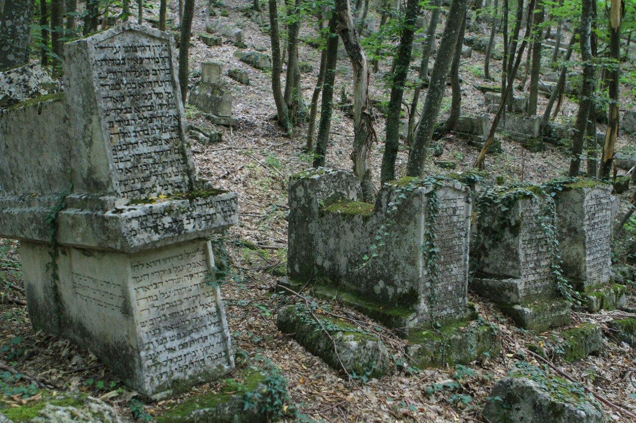 Kırım Bahçesaray'da Çufut Kale bölgesindeki Karay Türklerinin mezarlığı.