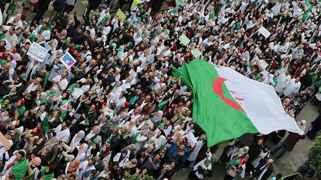 Cezayir Buteflika'nın istifasından fazlasını istiyor