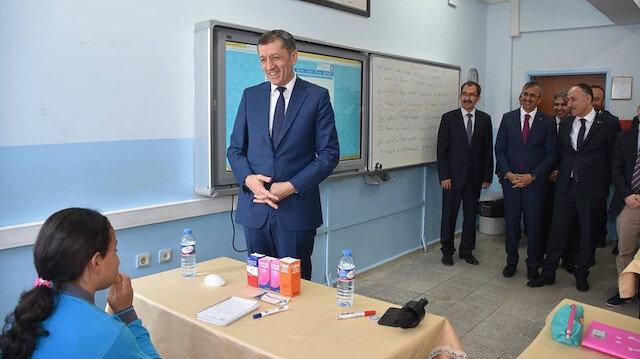 Milli Eğitim Bakanı Selçuk bir öğrenciyle İngilizce konuştu