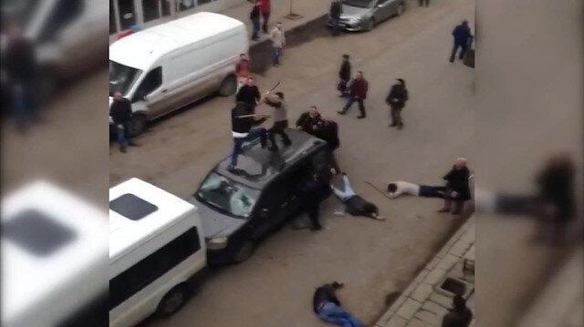 Önünü kestikleri araçtaki 4 kişiyi sopalarla dövdüler