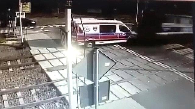 Tren, lastiği raylara takılan ambulansı biçti: 2 ölü