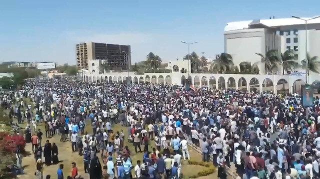 Sudan'da sokaklar protestocularla doldu