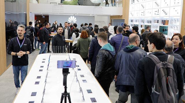 Huawei'nin İstanbul'daki deneyim mağazası açılışında büyük ilgi gördü.