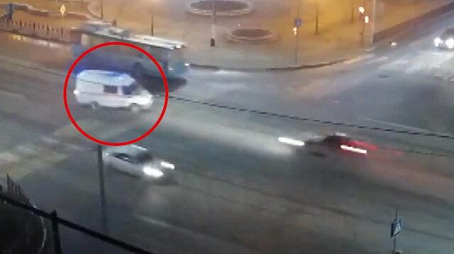 Çarptığı ambulansı havaya kaldırdı