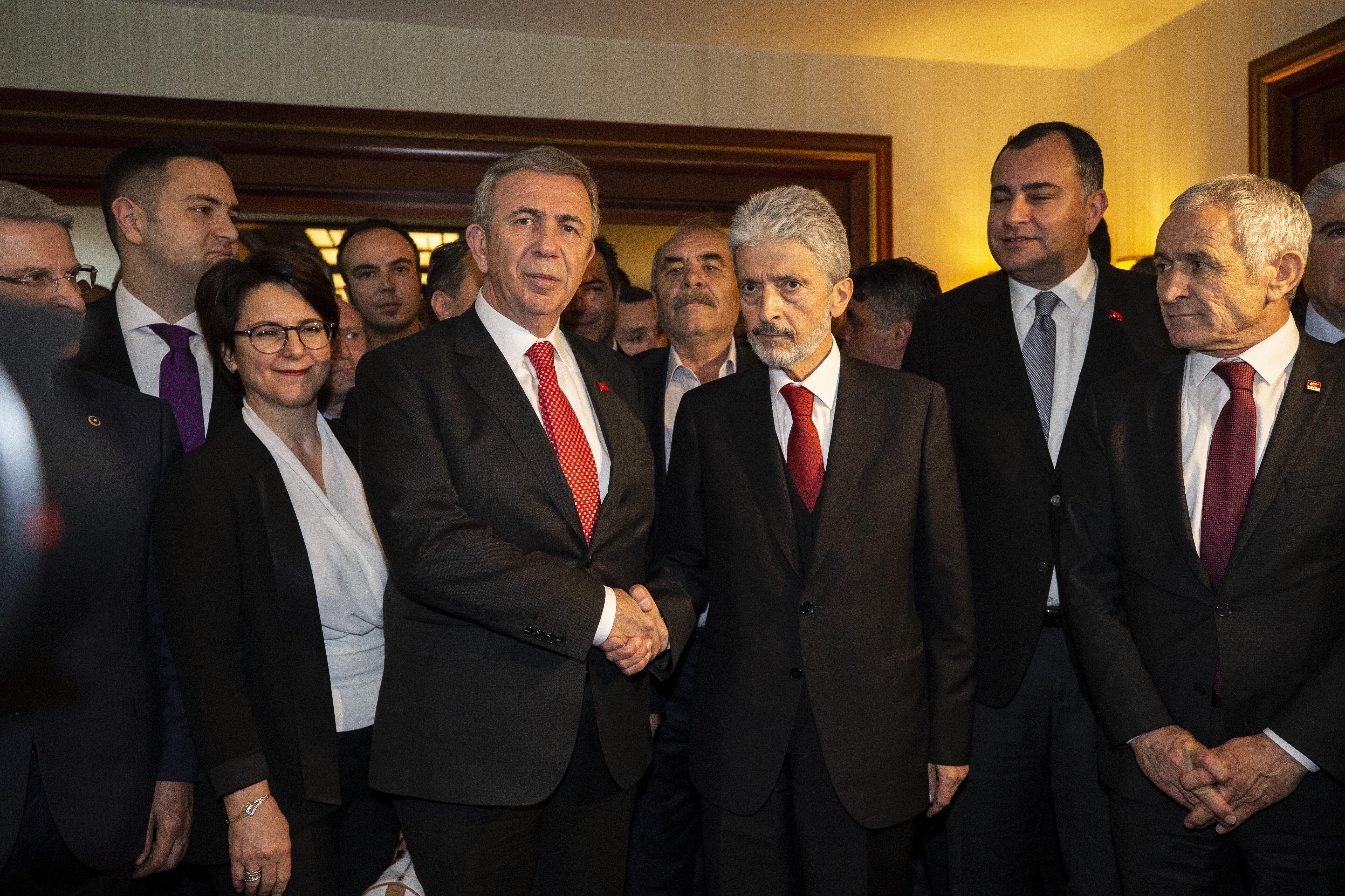 بالصور.. بشكل ديمقراطي مرشح المعارضة الفائز يتسلم بلدية أنقرة من سلفه