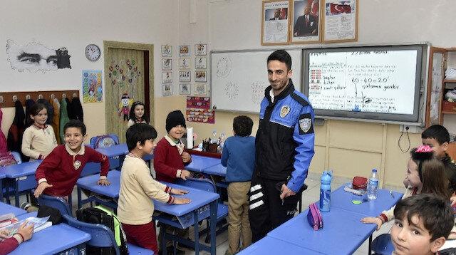 Öğretmenler polis üniformasıyla derse girdi